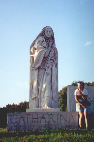 Katherine (Katie) Miller with a statue of Catharina.