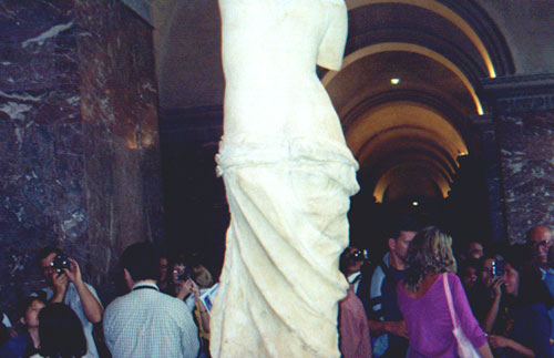 The crowd around the Venus di Milo in the Lourve