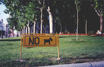 A sign in a park near Palacio Real
